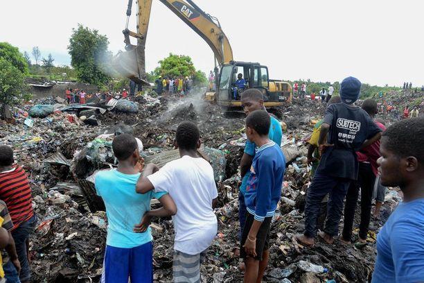 Ihmiset seurasivat pelastus- ja raivaustyötä Hulenen kaatopaikalla maanantaina.