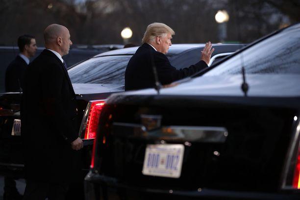Donald Trump vilkutti yleisölle poistuttuaan Bushien luota ennen siirtymistään limusiinin takapenkille.