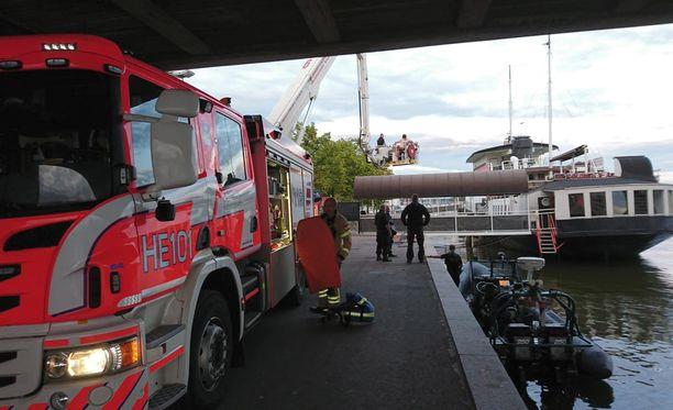 Hakaniemen sillalla on käynnissä pelastusoperaatio.