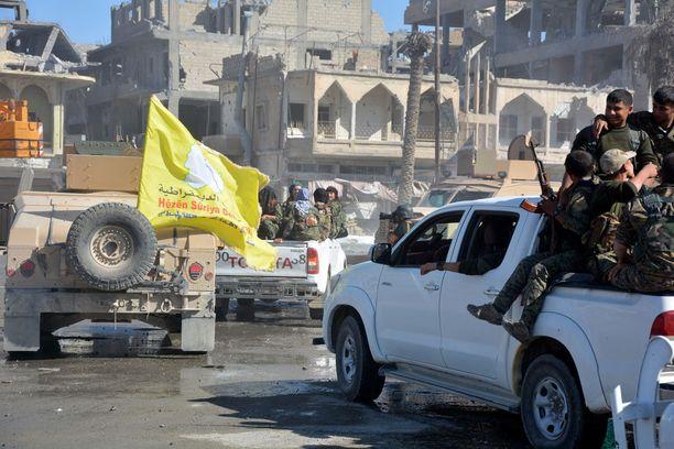 """Oppositiojoukko SDF on koottu kurdiarmeija YPG:stä sekä muista paikallisista arabi- ja turkmeeniryhmistä. Se saa tukea länsiliittoumalta. Kuva Isisin """"pääkaupungista"""" Raqqasta, jonka SDF valloitti viime lokakuussa."""