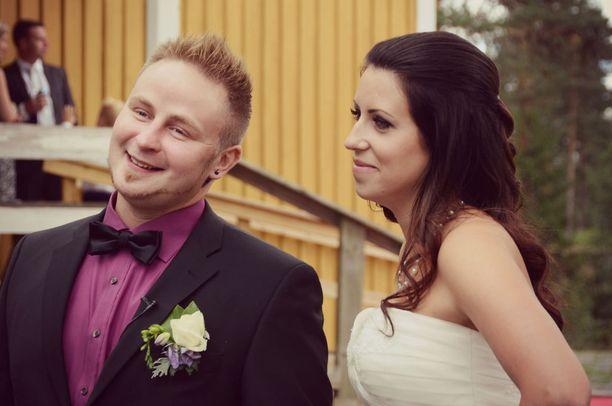 - Ei tää nyt lottovoitto ole, mutta kuusi oikein ja varanumero, Lauri kuvailee avioliiton satamaan lipumistaan.