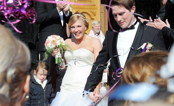 Vappu Pimiä ja Teemu Huuhtanen vihitiin vuonna 2013. Heidän esikoistyttönsä oli syntynyt edellisenä vuonna.