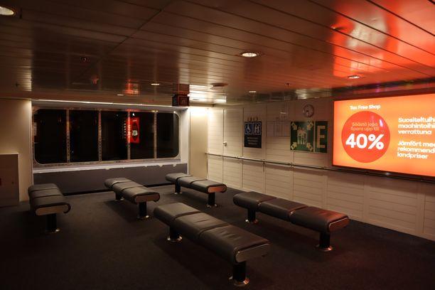 Perjantai-iltana Tukholmasta Turkuun lähteneeltä Viking Linen Amorellalta löytyi useita täysin tyhjiä alueita.