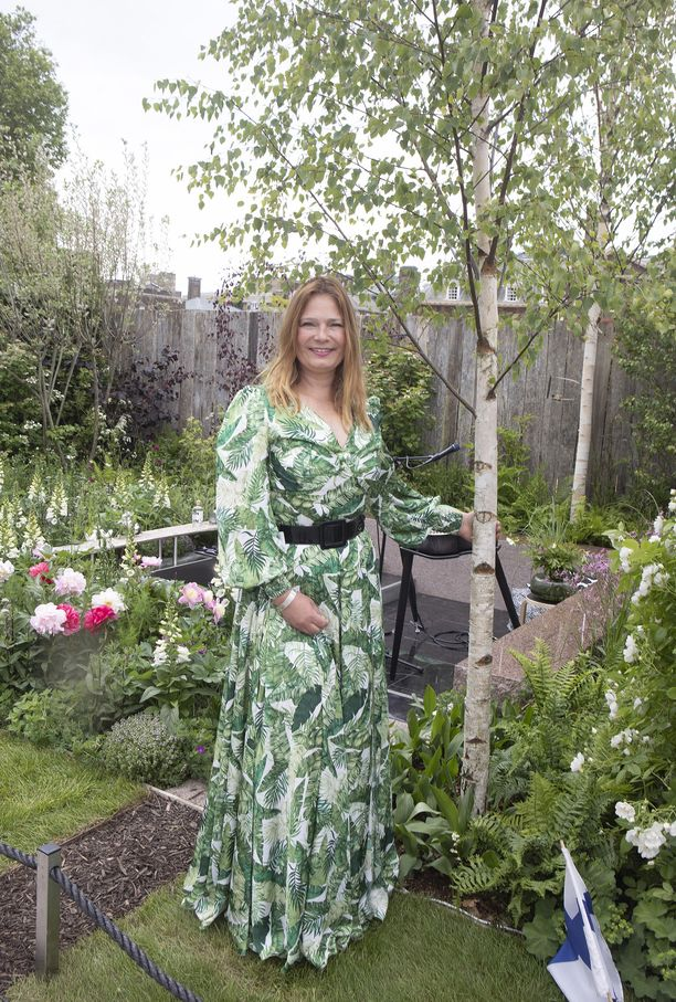 Taina Suonio suunnittelemansa The Roots of Finland Kyrö Garden -puutarhan koivun alla.