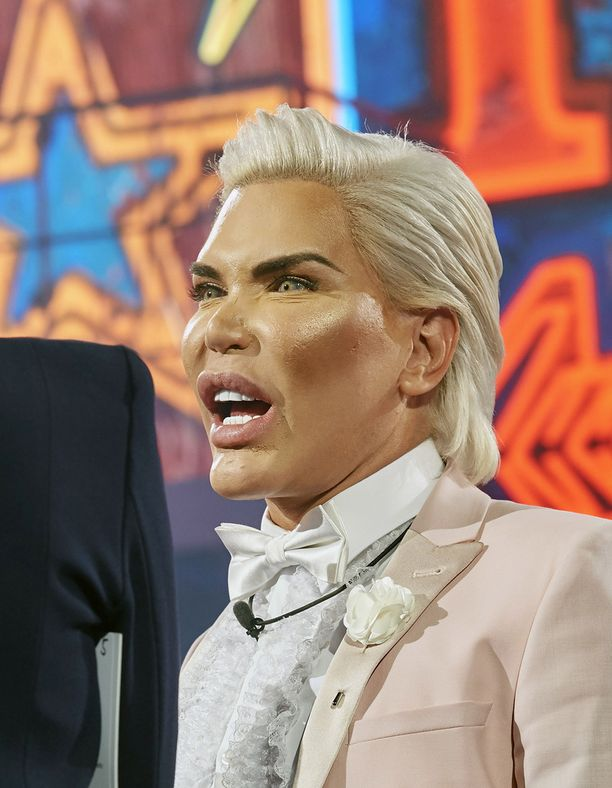 Yli 60 kauneusleikkausta ovat vaikuttaneet Ihmis-Kenin hajuaistiin. Nenä ei toimi, joten hän joutuu hengittämään suun kautta, eikä myöskään haista kunnolla.