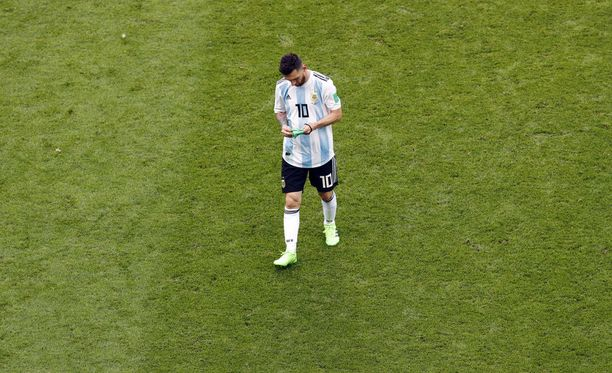 Messi riisui kapteenin nauhan käsivarrestaan astellessaan pois kentältä.