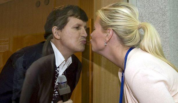 Charles Simonyi antoi jäähyväissuukon vaimolleen Lisa Persdottirille Baikonurin avaruuskeskuksen ikkunan takaa.