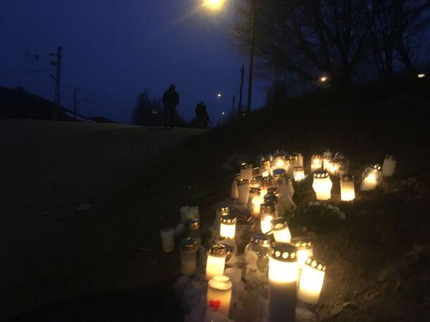 Tapahtumapaikalle oli sytytetty kynttilöitä tiistai-iltana.