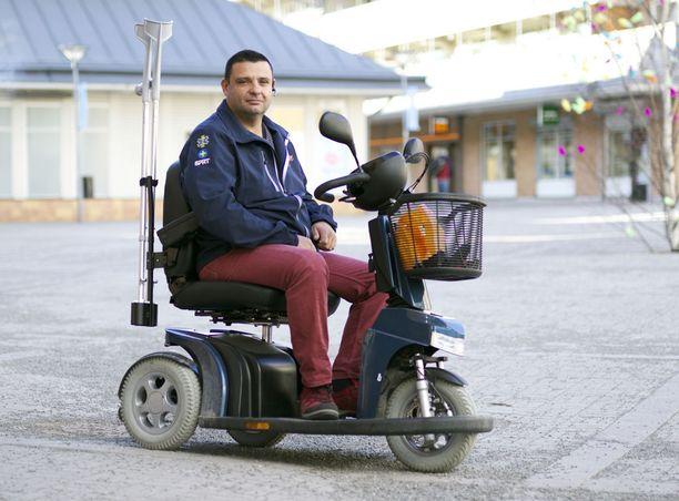 """""""Olen mediassa kertonut ainoastaan lääkärinlausunnosta, jonka mukaan vietän todennäköisesti pyörätuolissa loppuelämäni, Zubier sanoo ja korostaa, ettei koskaan ole väittänyt, etteikö voisi kävellä."""