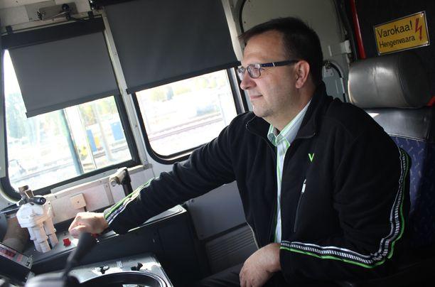 Moni mies työskentelee kuljetusalalla.