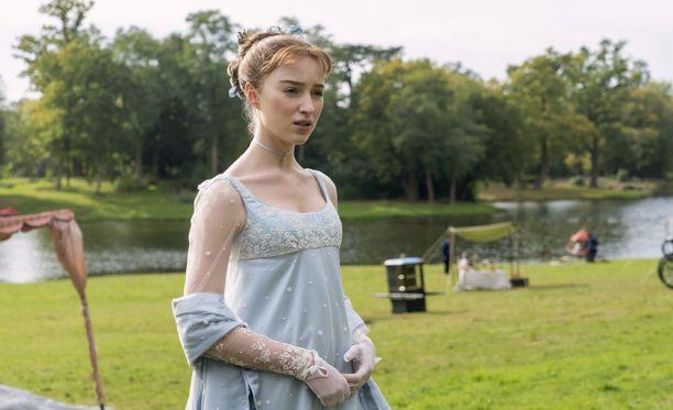 Phoebe Dynevor tähdittää menestyssarja Bridgertonin pääosassa.