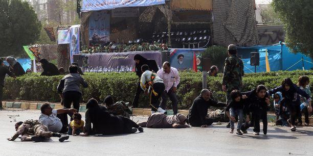 Launtaina useita siviilejä ja sotilaita kuoli ja haavoittui iskussa sotilasparaatiin.