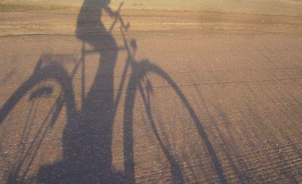 Poliisi pyytää havaintoja pyöräilijään törmänneestä henkilöautosta. Kuvituskuva.