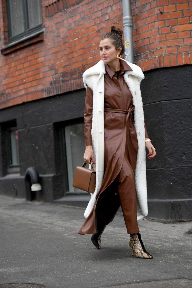 Ruskea on trendikäs myös muotiviikoilla. Kuvassa tyylinäyte Kööpenhaminasta: huomaa myös ihanat saappaat!