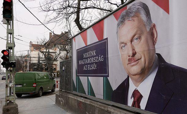 Unkarin parlamenttivaalit pidetään sunnuntaina 8. huhtikuuta 2018. Pääministeri Viktor Orbánille ennakoidaan jatkokautta. Hänen vaalimainokseensa on töhritty viikset.
