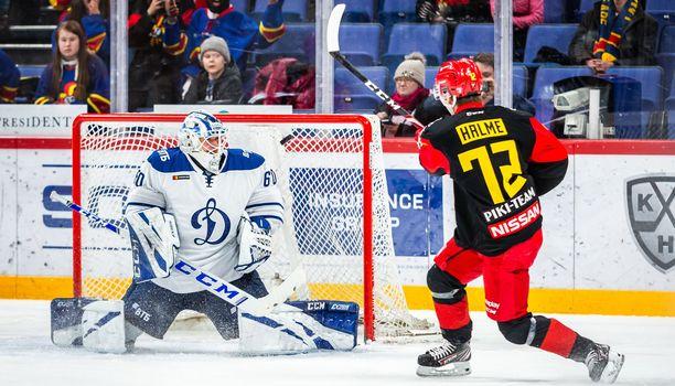 Aleksi Halme vie Jokerit 1–0-johtoon laukomalla kiekon ohi Dynamon maalivahdin Ivan Botsharovin.