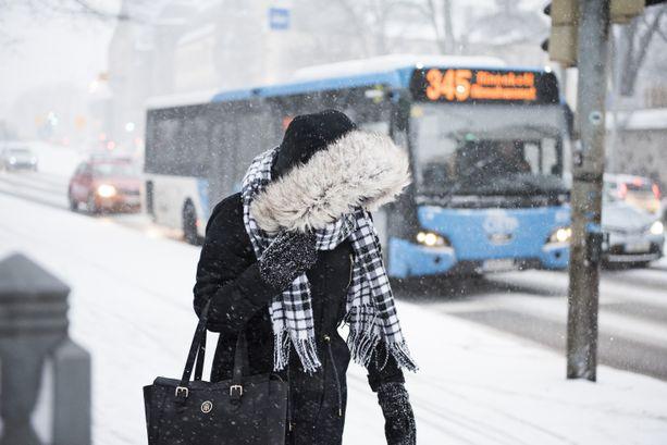 Lumisateet saapuvat Suomeen. Huonoon ajokeliin kannattaa varautua.