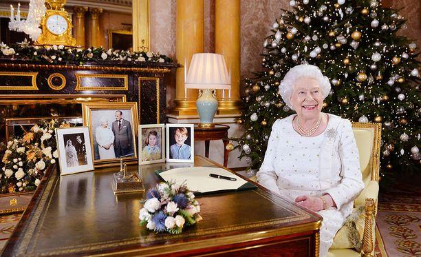 Elisabetin taustalla näkyy kuvat Katen ja Williamin lapsista Georgesta ja Charlottesta.