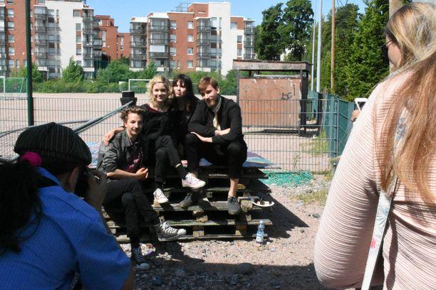 Sekasin-sarjan ydinporukka Elias Westerberg, Anna Böhm, Eve Hotti ja Anssi Niemi poseerasivat kuvauksissa. Papillonilla ei mene hyvin, sillä hän ei näytä oppineen mitään tapahtuneista asioista, hahmoa näyttelevä 23-vuotias Elias Westerberg sanoo.
