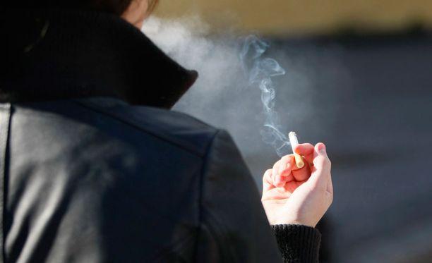 Tytöillä on suurempi todennäköisyys kokeilla savukkeita.