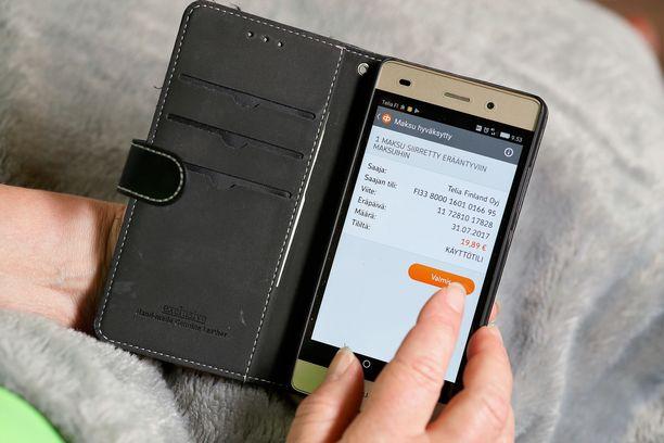 17-vuotias verotti kännykällään runsaan kolmen viikon ajan isomumminsa pankkitiliä. Kuvituskuva mobiilimaksamisesta.