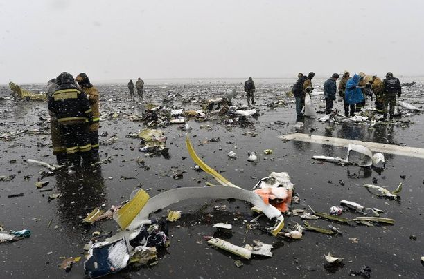 Palomiehet etsivät mustia laatikoita Donin Rostovin lentokentän lähellä lauantaina aamupäivällä. Mustista laatikoista kaksi on löydetty.