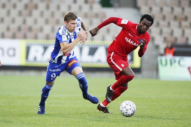 Abdoulie Mansallyn (oik.) otteet ihmetyttivät viime kaudella ottelussa HJK:ta vastaan.