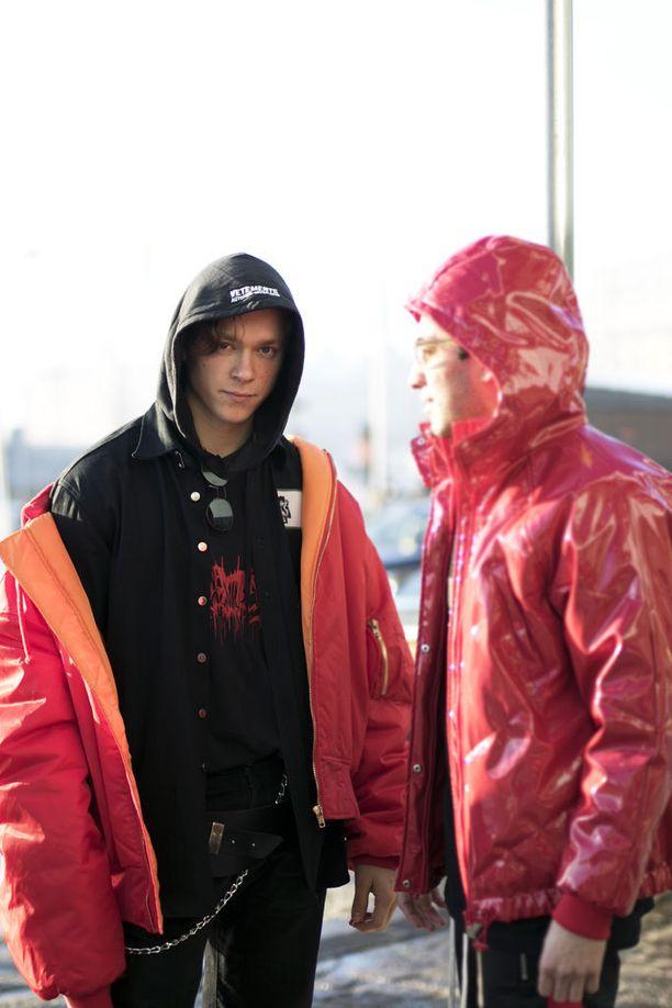 Myös Tukholmassa osataan kerrospukeutumisen salat. Supercool look muodostuu kulttisuosiota nauttivan Vetementsin hupparista, farkkutakista sekä punaisesta pilottitakista.