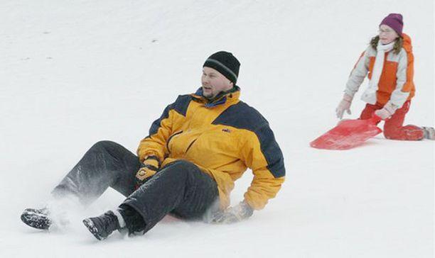 Vesa Martikainen pöllyttää lunta mäenlaskussa Virpiniemessä.