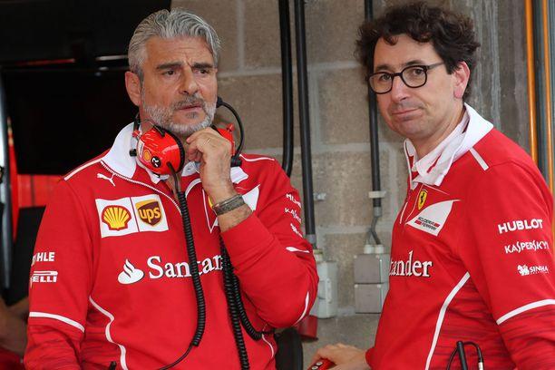 Tallipäällikkö Maurizio Arrivabenen (vas.) ja tekninen johtaja Mattia Binotton välit jäätyivät mykkäkouluksi kuluneen F1-kauden aikana.