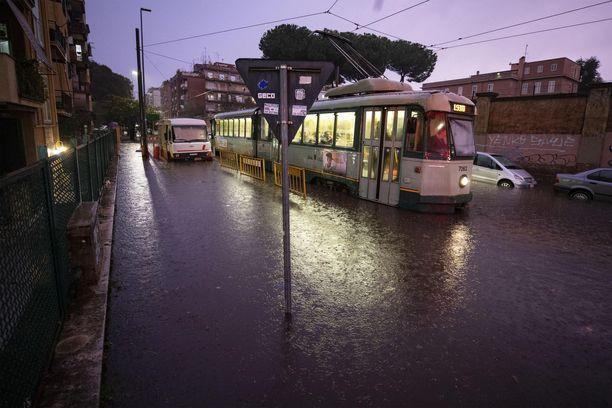 Roomassa raitiovaunu liikkui tulvivan kadun varrella torstaina 1.11.2018.