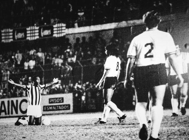 Viimeinen peli omassa joukkueessa, Santosissa, vuonna 1974. Kesken pelin Pelé polvistuu keskiympyrään kiittäen jumalaa. Niin Santos kuin vastustajakin keskeyttävät pelin hetkeä kunnioittaakseen.