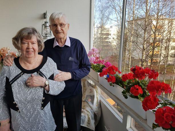 Sotaveteraani Veikko, 95, ja evakko Rauha, 78, asuvat avoliitossa Hervannassa.