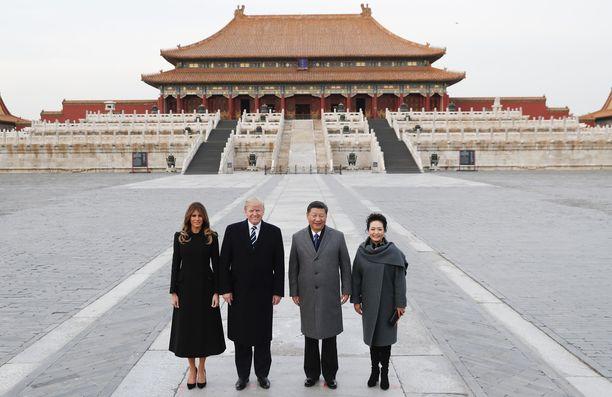 Presidenttiparit Taivaallisen rauhan aukiolla. Kiinalaisia tuntui kiinnostavan erityisesti rouva Trumpin kenkien korot.