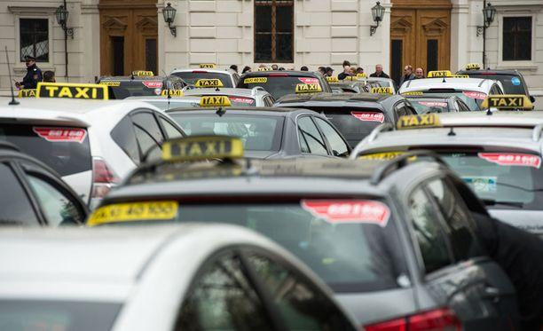 Suomen käräjäoikeuksissa tuomittiin hiljattain kaksi Uber-kuskia luvattomasta taksiliikenteen harjoittamisesta.