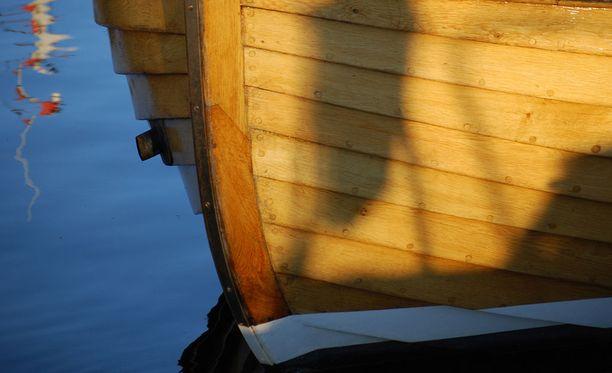 Vene oli ilmeisesti keikahtanut, kun uimassa ollut kolmikko oli yrittänyt kömpiä takaisin kyytiin. Kuvituskuva.
