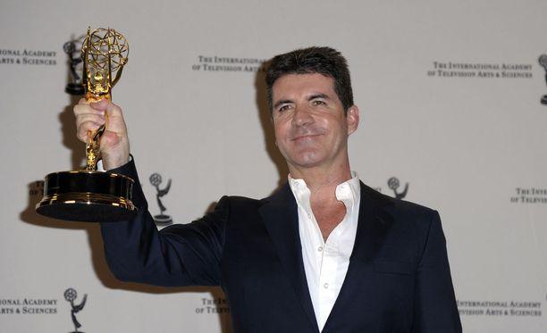 Cowell tunnetaan kilpailijoiden lyttäämisestä Idolsissa ja X Factorissa.