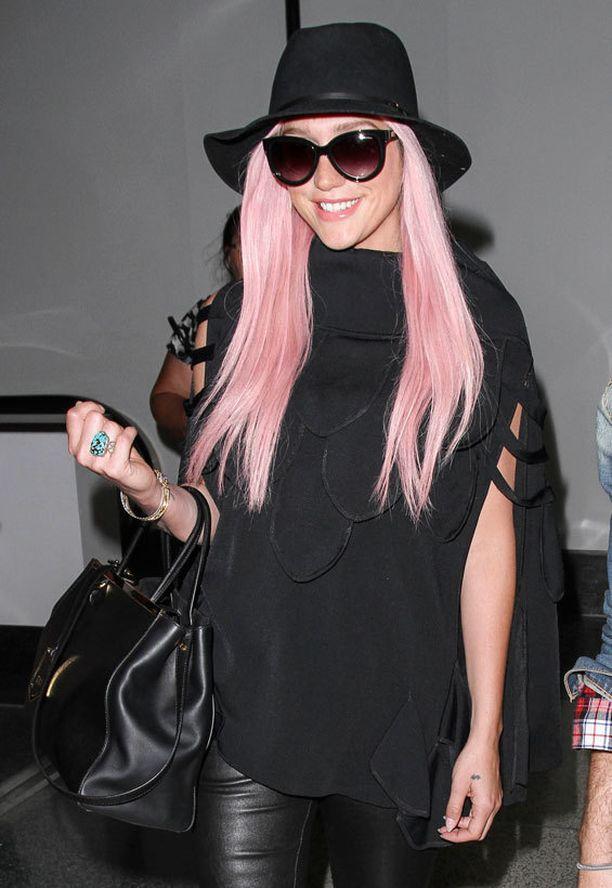 Kesha viihtyi tovin hattaraisen pastellisessa pinkissä.