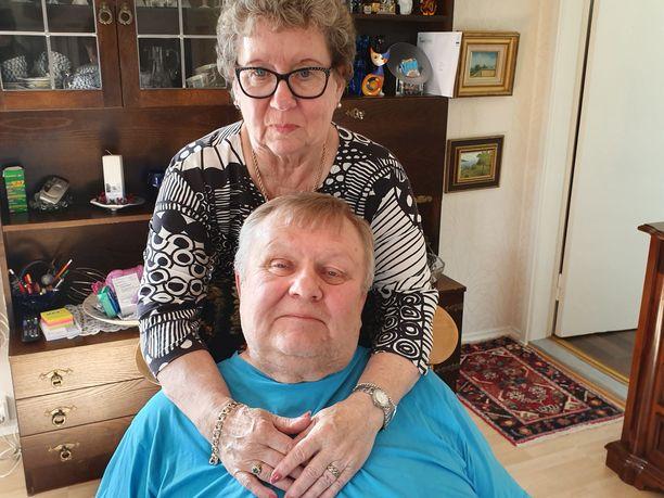 Erkki Axénin avovaimo Anneli Kivistö oli kotona, kun Axén palasi kauppareissulta kotiin ja oireet iskivät.