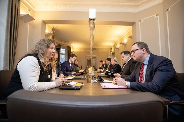 Ammattiliiton puheenjohtaja Heidi Nieminen ja työnantajaliiton toimitusjohtaja Tuomas Aarto ryhtyivät tuijotuskilpailuun valtakunnansovittelijan toimiston leivättömän pöydän ääressä. Bulevardilla osapuolille on tarjolla vain vettä, jotta Vuokko Piekkalan pakeilla ei olisi liian lokoisaa.