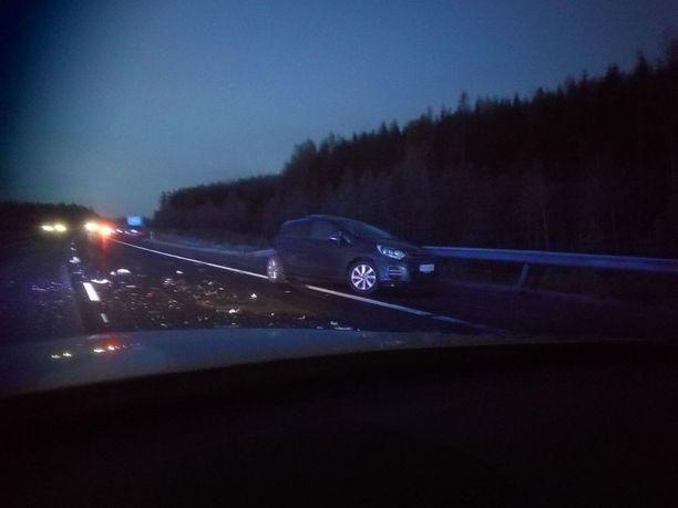 Valtatiellä 3 sattui perjantaiaamuna usean auton ketjukolari. Tiellä oli ilmeisesti mustaa jäätä.