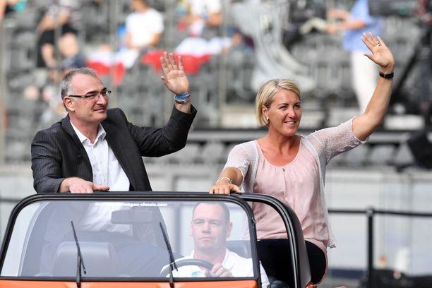 Ulf Timmermann heilutteli yleisölle yhdessä Astrid Kumbernussin kanssa Berliinissä vuonna 2016.