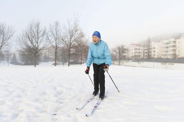 Siiri Rantanen hiihtää yhä satoja kilometrejä vuodessa. Kuva helmikuulta 2017, kun Lahdessakin oli luonnonlunta.