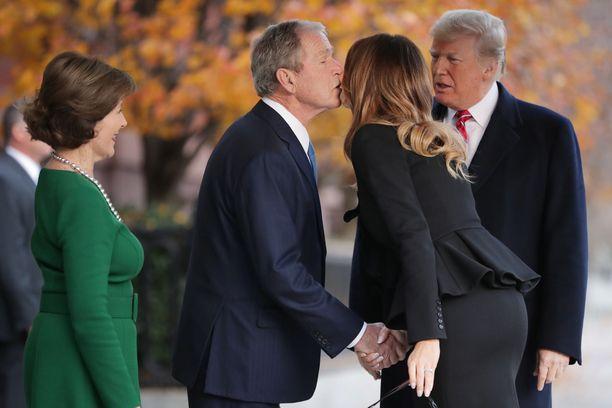 Yhdysvaltain nykyinen ja entinen presidenttipari vaihtoivat vierastalon edessä poskisuudelmia. Vierailu kesti Washington Postin mukaan 23 minuuttia.