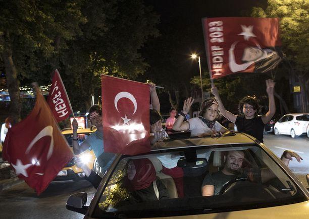 Sunnuntain ja maanantaina välisenä yönä Erdoganin kannattajat riemuitsivat Turkissa.