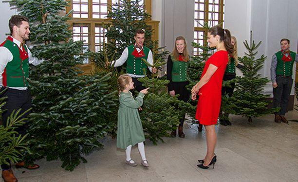 Äiti ja tytär olivat pukeutuneet joulun väreihin.