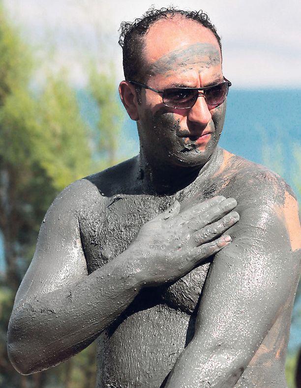 MUTAKYLPYJÄ Kuolleella merellä kylpevät turistit nauttivat mutakylvyistä ja kelluttelusta. Meren suolapitoisuus on nyt 23–25 prosenttia, joten pinnalla kyllä pysyy