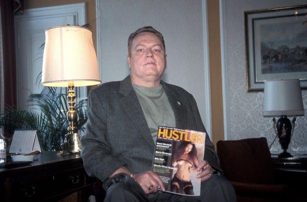 Larry Flynt kädessään kustantamansa Hustler-lehti.