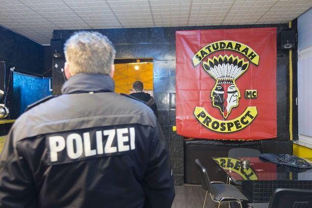 Kuva poliisin ratsiasta Satudarahin kerhotiloihin Saksassa.