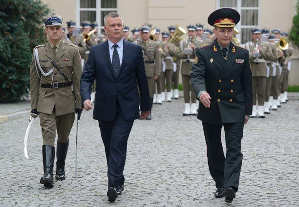 Ukrainan entinen puolustusministeri Valeri Heletei (oikealla) vieraili Puolassa syyskuussa. Vieraan otti vastaan Puolan ulkoministeri Tomasz Siemoniak.